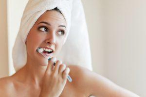 Mivel és hogyan moss fogat?